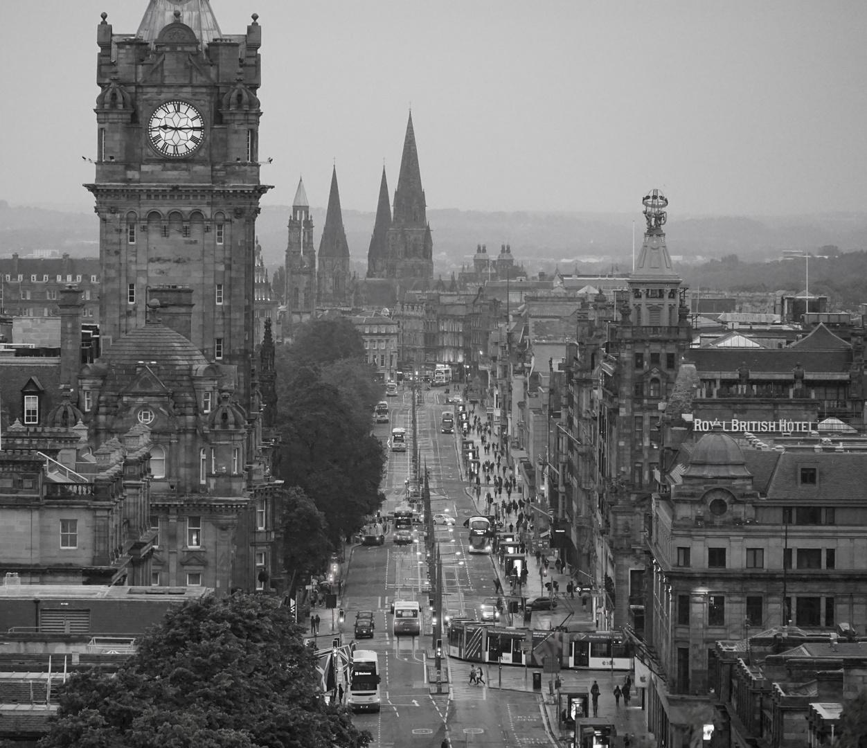 Blick auf Edinburgh im Nieselregen