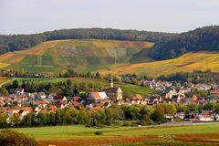 Blick auf Erlenbach im Herbst
