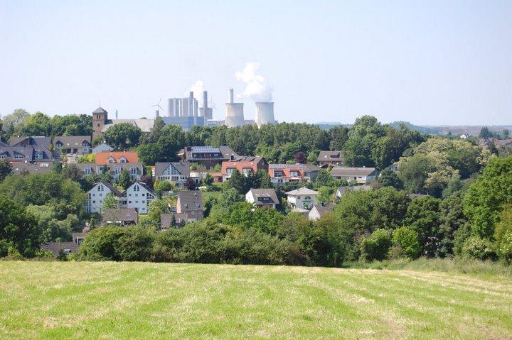Blick auf Langerwehe im Hintergrund das Kraftwerk Weisweiler