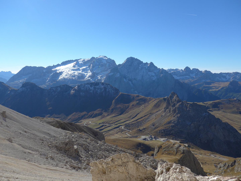 Blick auf Pordoijoch und Marmolata (Südtirol)