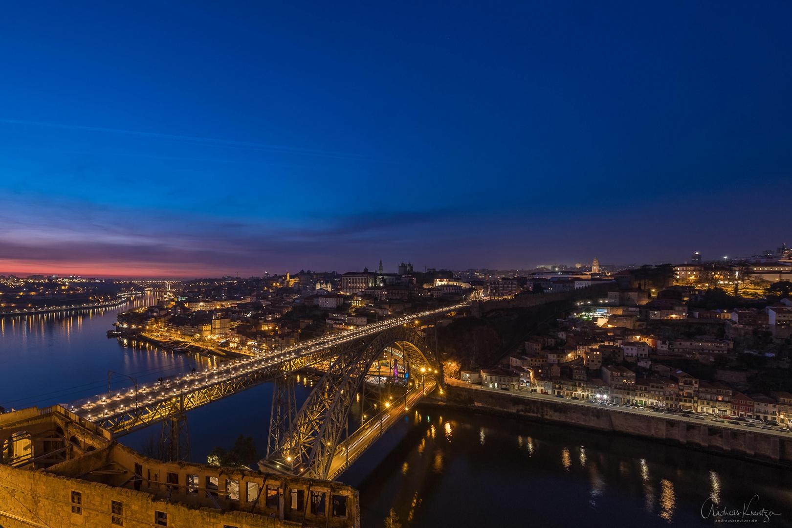 Blick auf Porto zur blauen Stunde