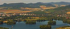 Blick auf Teile von Leitmeritz und Lovosice und einen der Seen vom Radobyl...