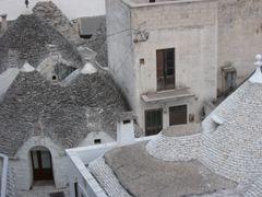 Blick auf Trullidächer im Zentrum von Alberobello/BA