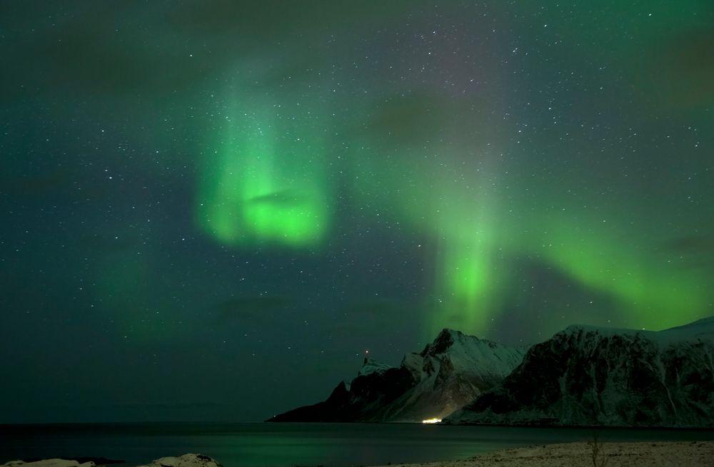 Blick auf Vikten im Polarlicht