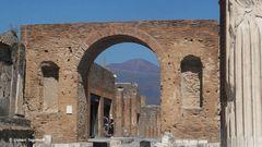 Blick aus dem antikem Pompeji auf den Vesuv