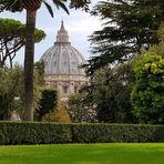 Blick aus den Vatikanische Gärten auf die Kuppel des Petersdom
