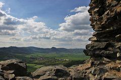 Blick aus der Burgruine auf dem Kostalov  im Böhmischen Mittelgebirge u.a. auf den Hora in der Mitte