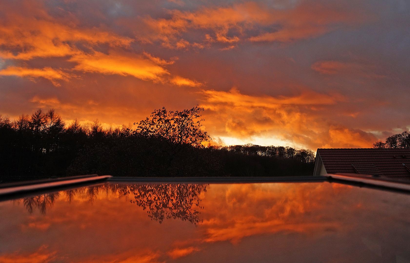 Blick aus der Dachluke-Sonnenuntergang