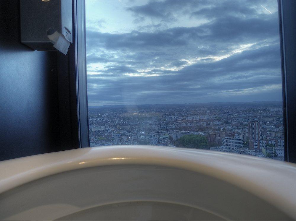 Blick aus der Toilettenschüssel