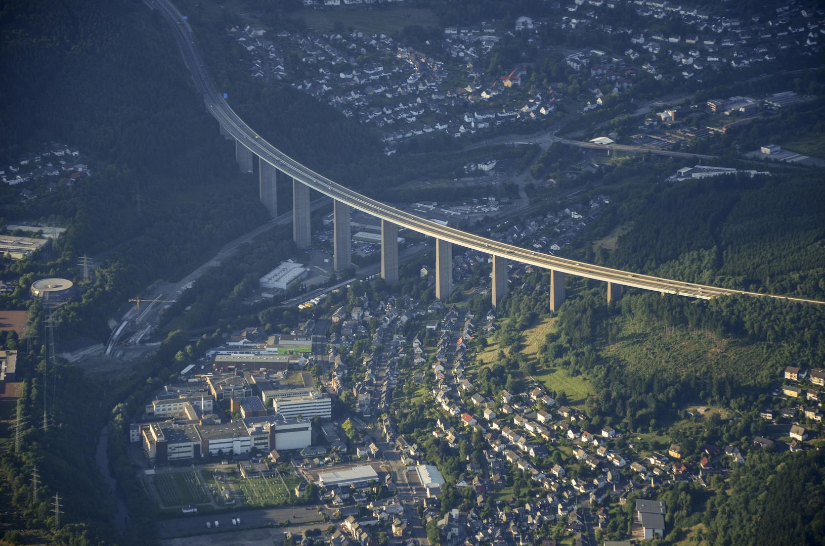Blick aus einem Fesselballon auf Siegen-Eiserfeld und die Autobahnbrücke