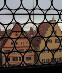 Blick durch das Bleiglasfenster
