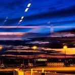 Blick durch das Fenster auf das Vorfeld des Flughafens