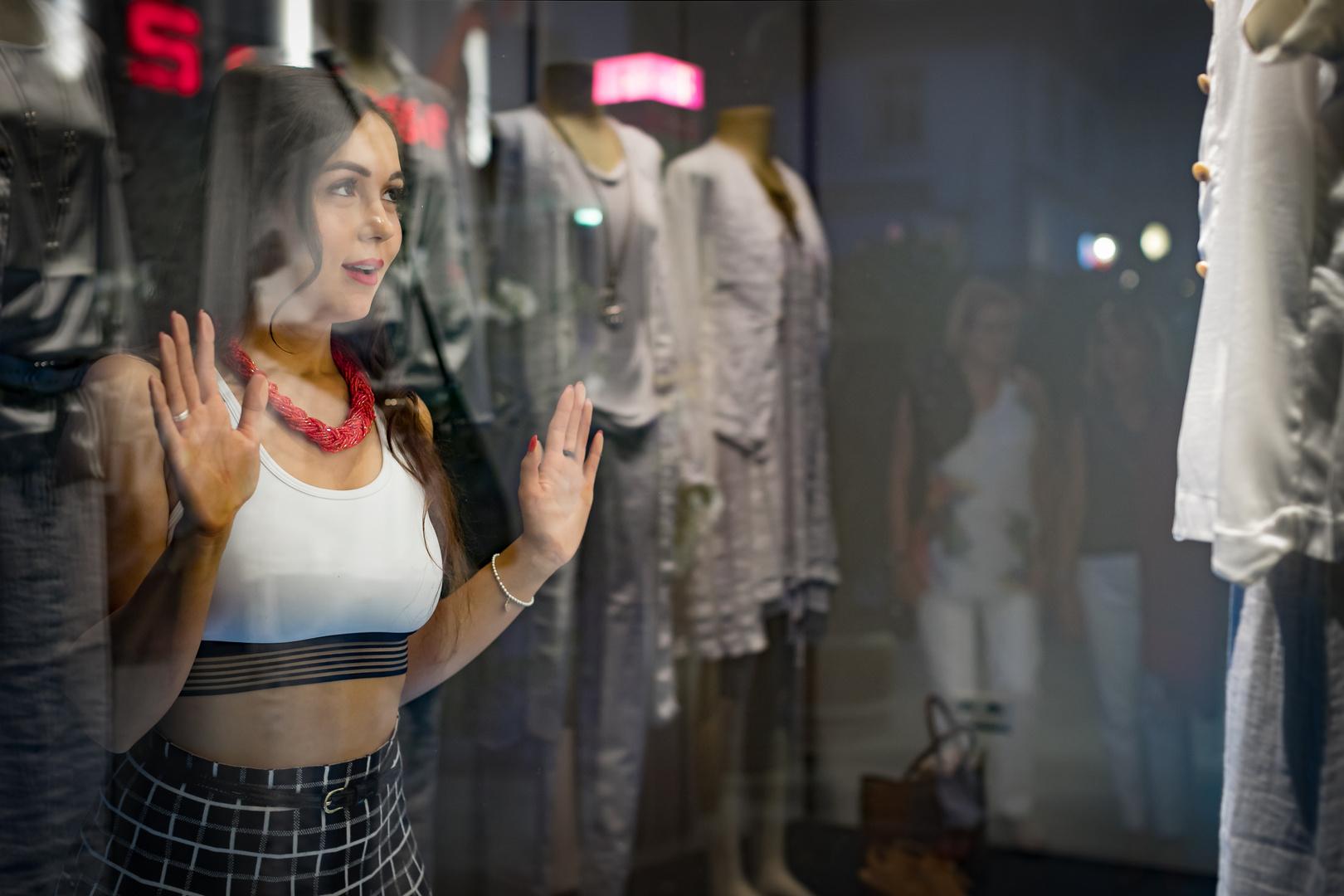 Blick durch das Schaufenster beim shoppen