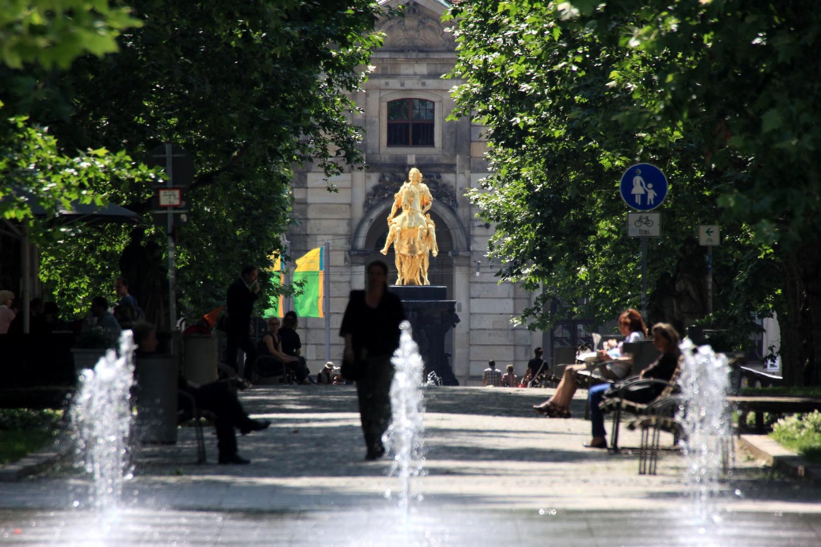Blick durch die Hauptstraße zum Goldenen Reiter