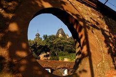 Blick durch die Schlossmauer...