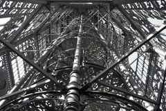 Blick in den gusseisernen Turm von Löbau in schwarz / weiß