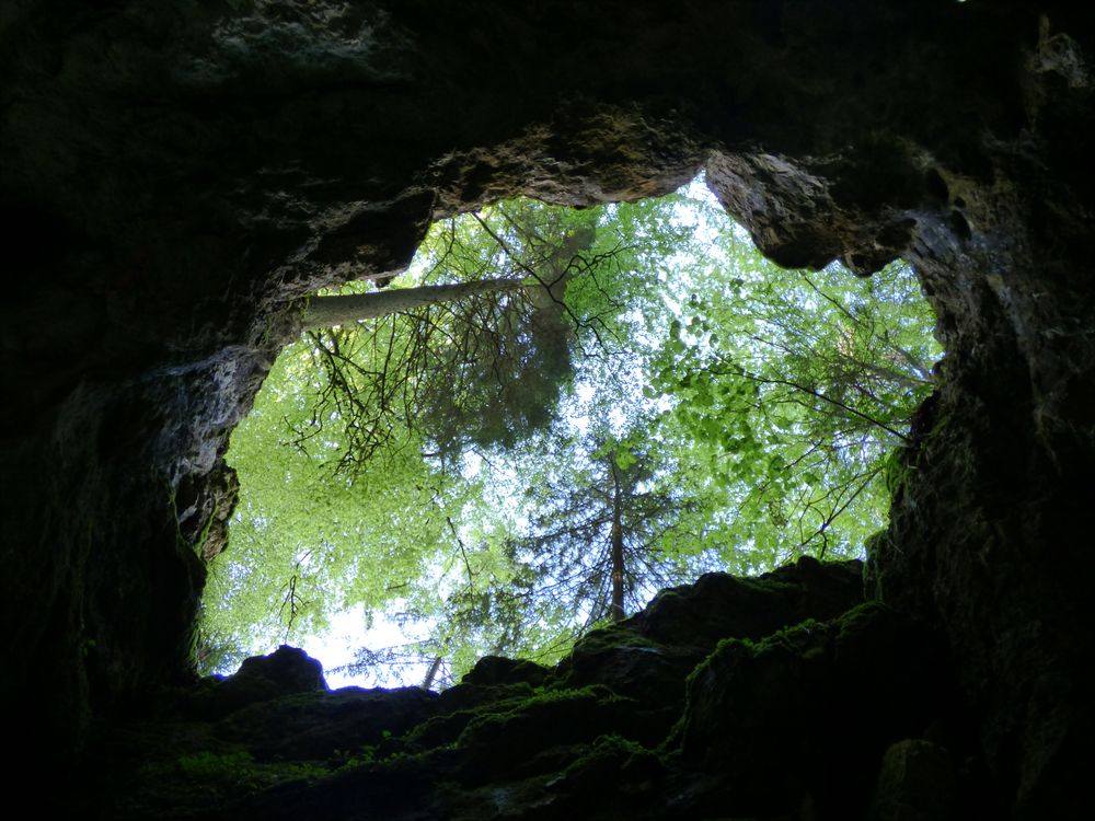 Blick in den Himmel aus einer Höhle