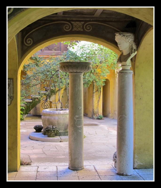 Blick in den Innenhof der Villa des Künstlers Gabriele Annuzio