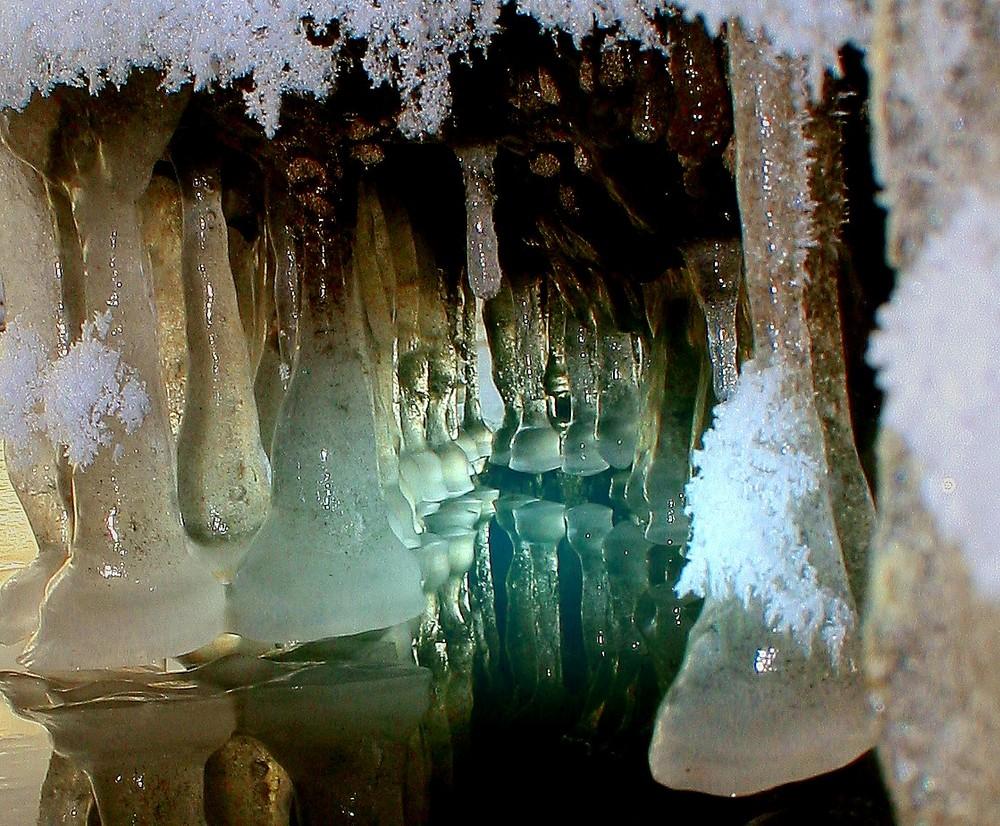 Blick in eine Tropfeishöhle