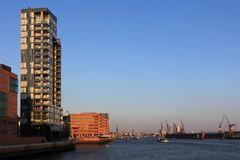 Blick in Richtung Landungsbrücken im Abendlicht, Hamburger Hafen