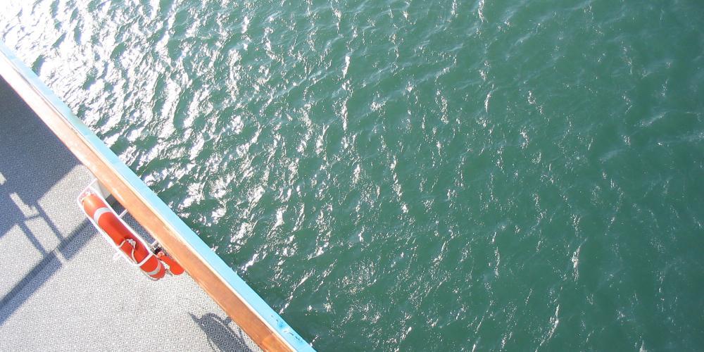 Blick in Wasser von der Faehre Duenkirchen > Dover