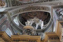 Blick ins Kirchengewölbe ...