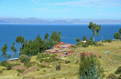 Blick über das Dorf Llachon am Titicacasee