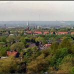 Blick über das Grün von Bochum mit Petrikirche