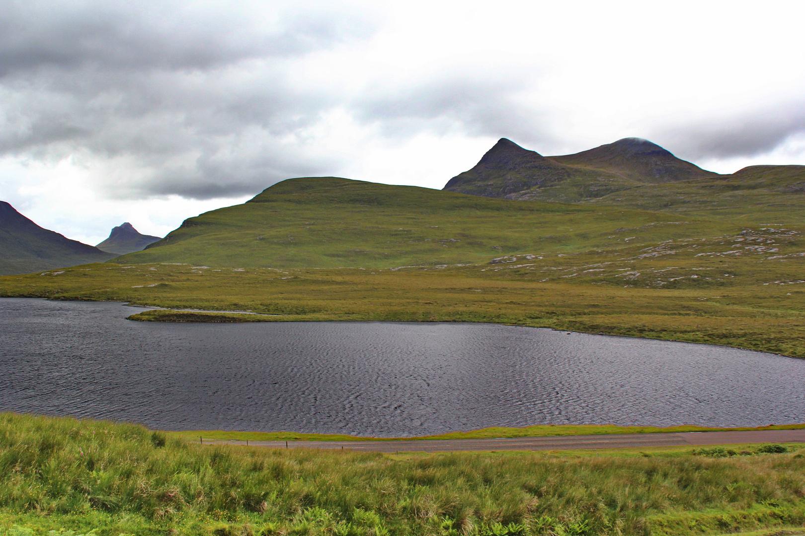 Blick über den Lochan an Ais ins Hochland...