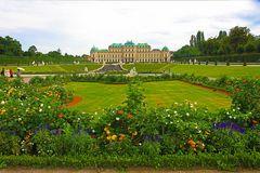 Blick über den Schloßgarten auf das Obere Schloß Belvedere.