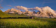Blick über die blumenreichen Buckelwiesen aufs abendliche Karwendel