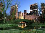 Blick über die Gapstow Bridge im Central Park auf das Plaza Hotel