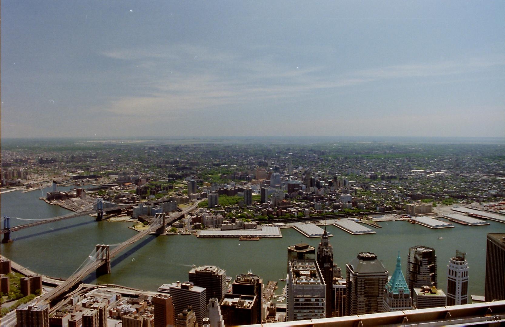 Blick über die Wolkenkratzer des südlichen Manhattan nach Brooklyn