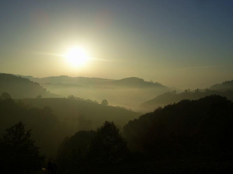 Blick über ein nebliges Tal