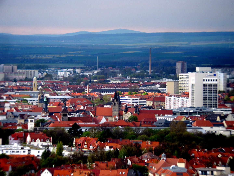 Blick über Erfurt nach Norden zum Brocken und Wurmberg am 26. April 2012