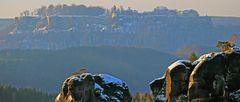 Blick über Gamriggipfel zur verschneiten Festung Königstein...
