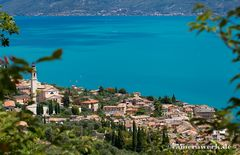 Blick über Gargnano auf den See