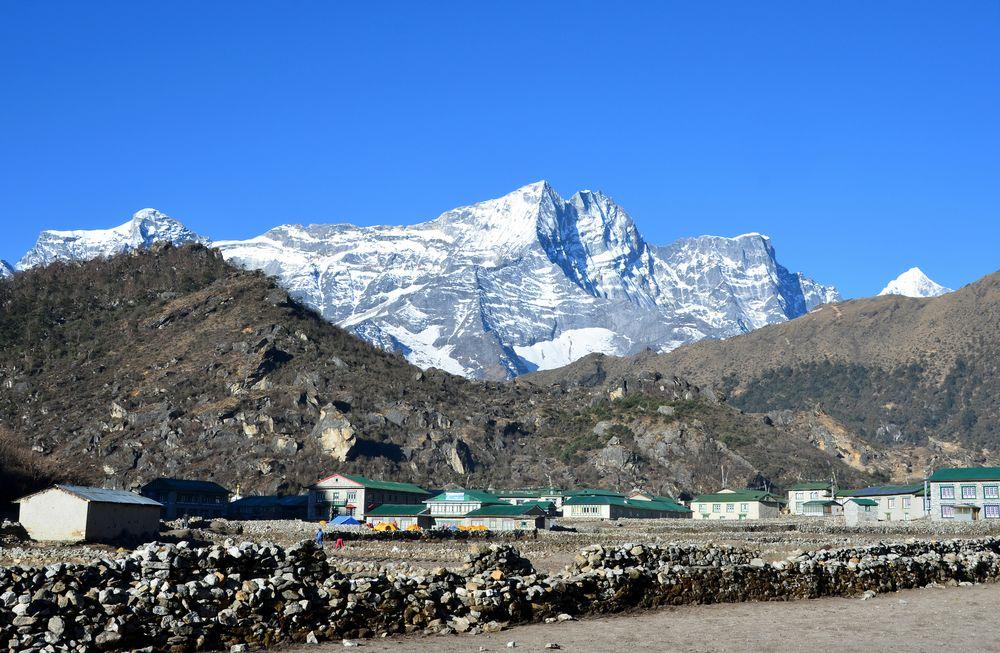 Blick über Khumjung zum Kongde Ri (6187 m)