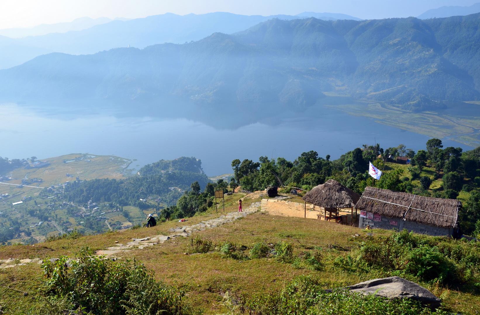 Blick vom Aufstieg nach Sarangkot auf den Phewa-See