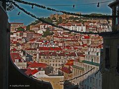 Blick vom Bairro Alto auf Lisboa mit Castelo de Sao Jorge