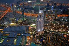 Blick vom Burj Khalifa am Abend über Dubai