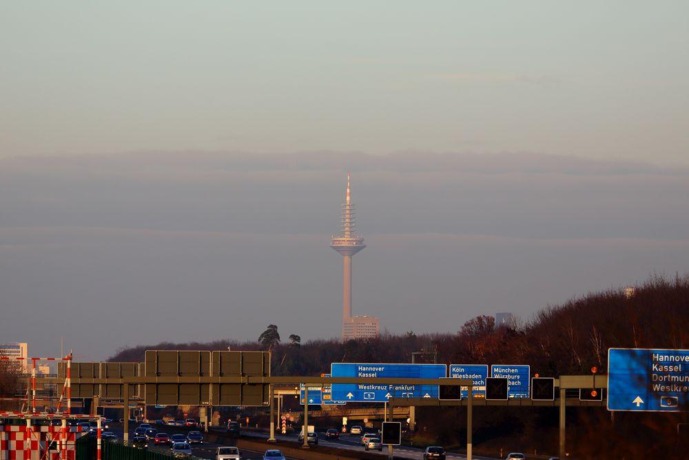 Blick vom Flughafen auf den Europaturm in Frankfurt