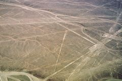 Blick vom Flugzeug über die berühmten Nazca-Linien