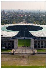 Blick vom Glockenturm auf das Olympiastadion und das herbstliche Berlin