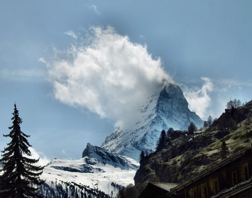 Blick vom Kirchplatz Zermatt auf das Matterhorn mit seiner Wolkenfahne