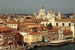 Blick vom Kreuzfahrtschiff auf Venedig