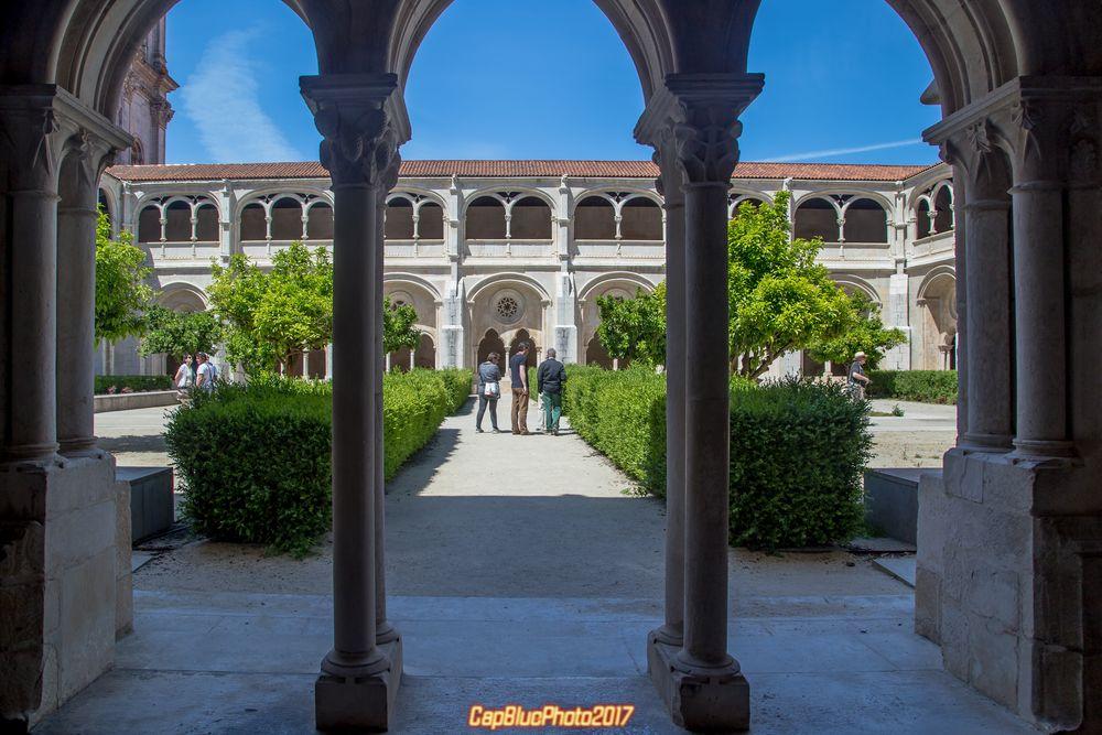 Blick vom Kreuzgang des Mosteiro de Alcobaca in den Klostergarten
