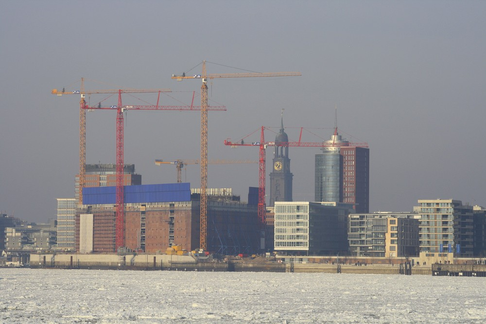 Blick vom Liegeplatz der Schwimmkräne der HHLA auf die vereiste Elbe, Elbphilharmonie, Hanseatic Tra