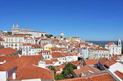 Blick vom Miradouro de Santa Luzia in Lissabon