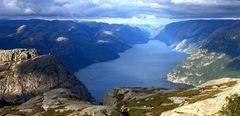 Blick vom Preikestolen in den Lysefjord